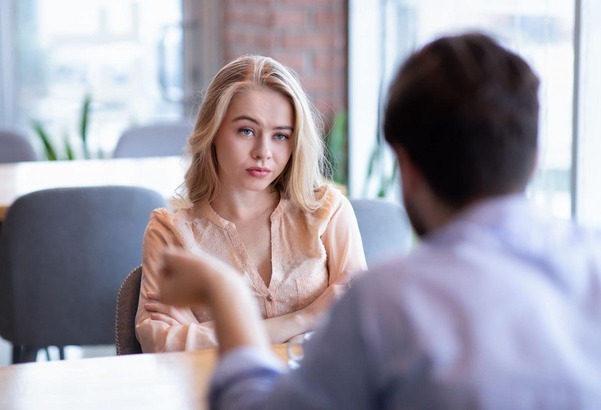 В кафе муж оправдывается перед женой