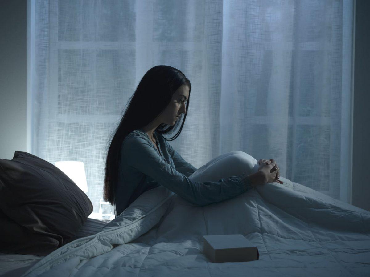 женщина грустит в кровати