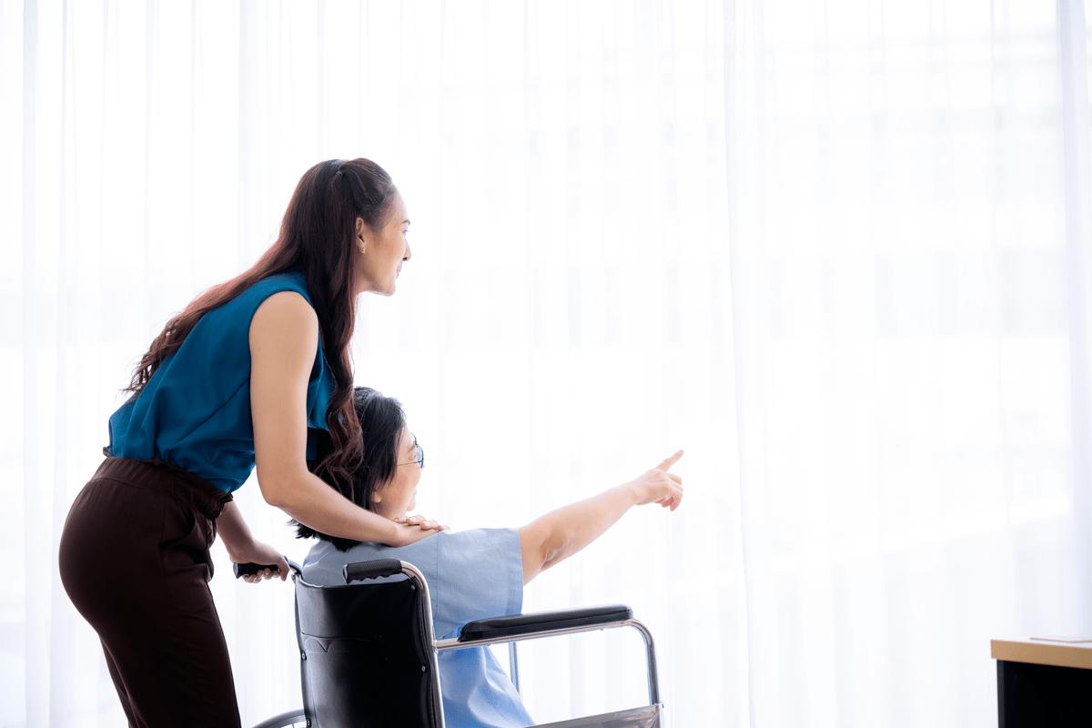Женщина приглядывет за пенсионером