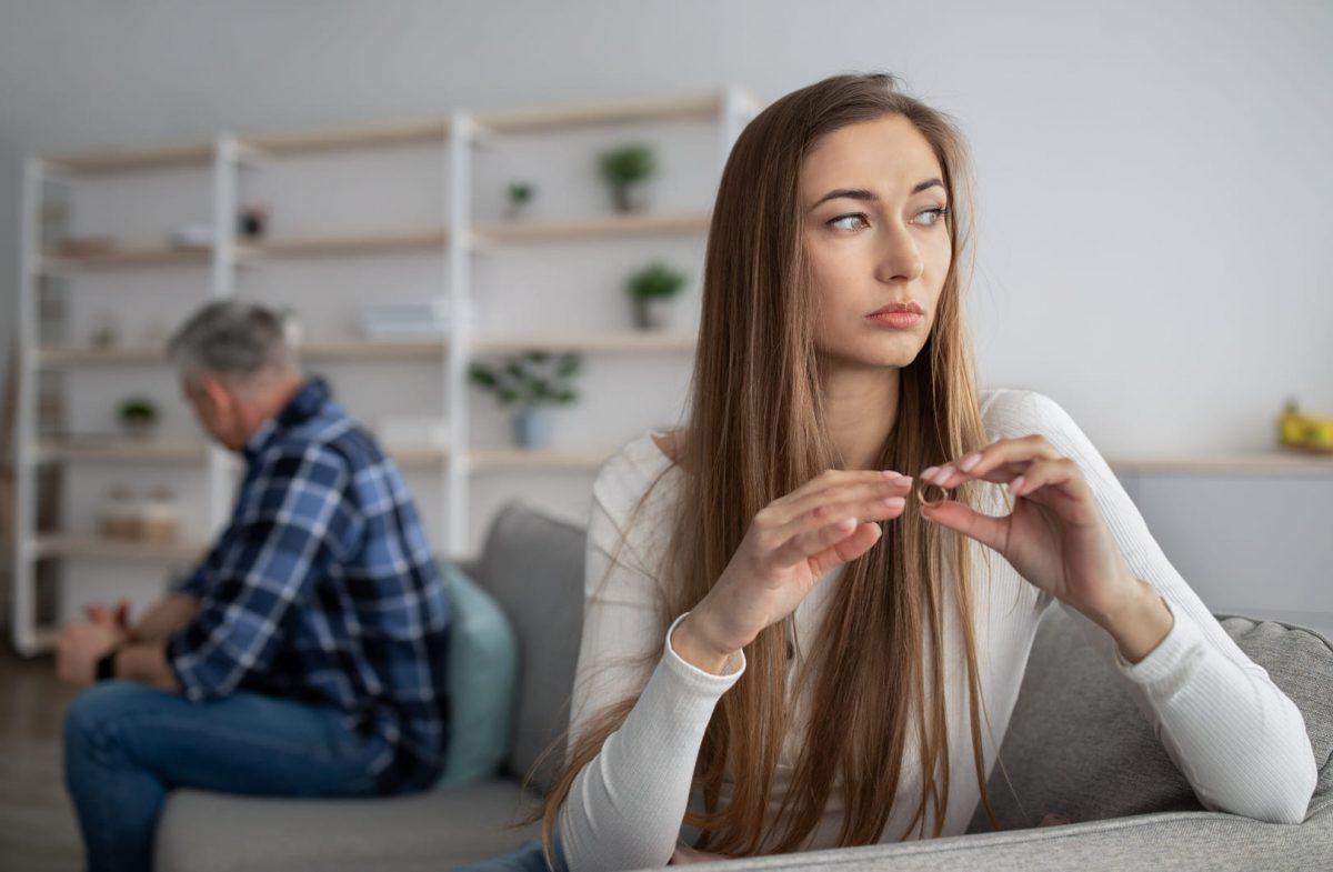 несчастливая жена думает о разводе