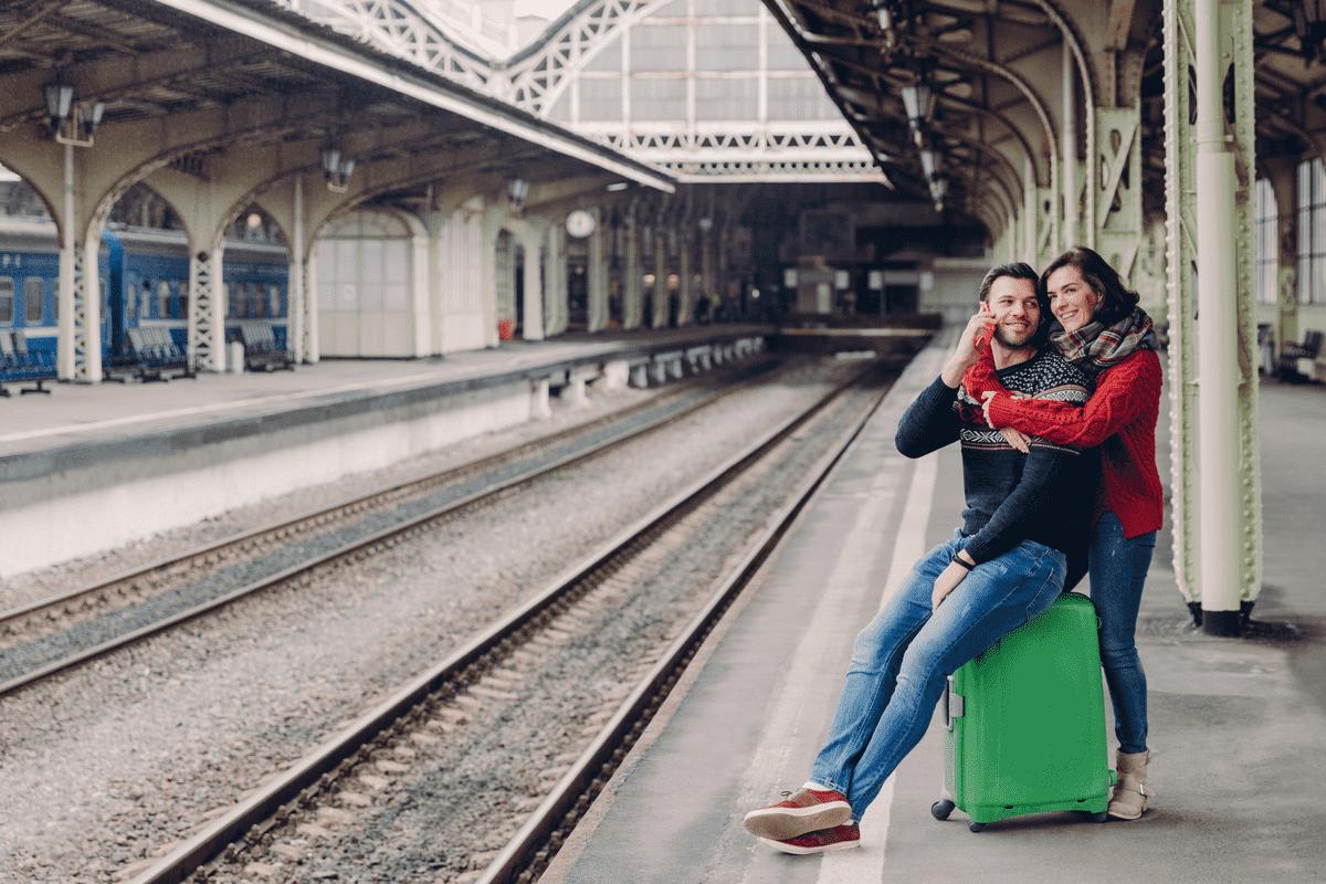 Счастливая пара возле железной дороги