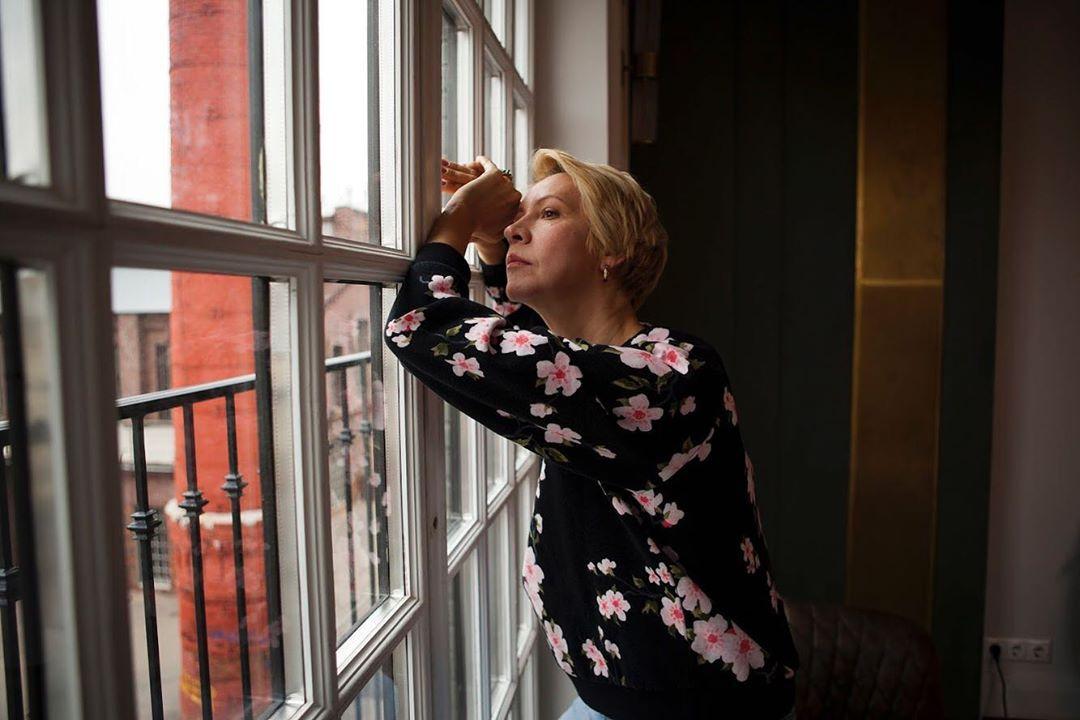 Татьяна Лазарева смотрит в окно