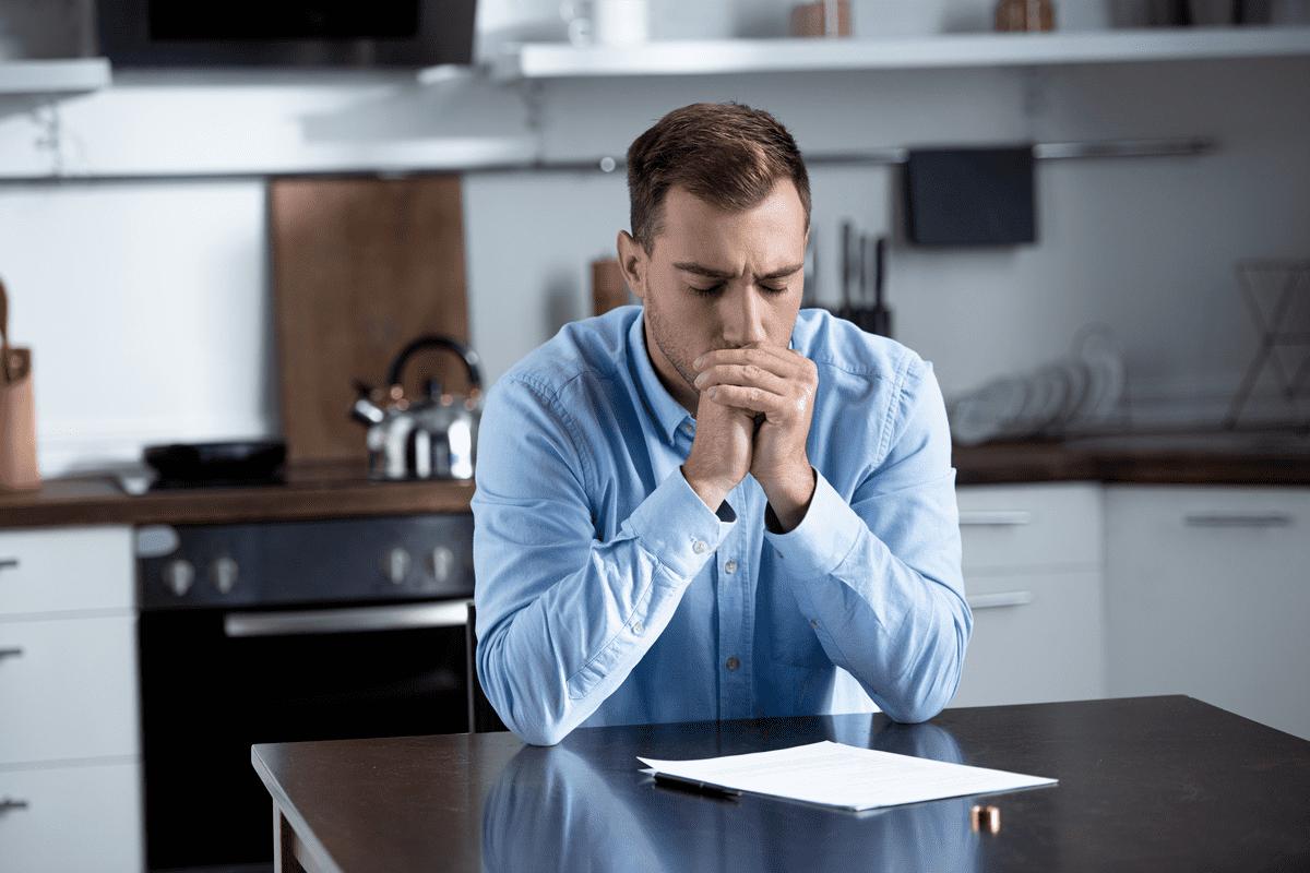 Мужчина подписывает документы на развод